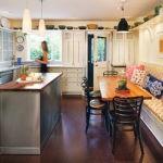 Посуда на открытых полках под потолком кухни