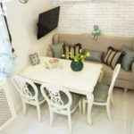 Компактная столовая зона с мягкой мебелью