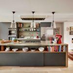 Плоская вытяжка на потолке кухни-гостиной