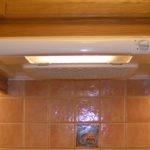 Плоская вытяжка на кухне с керамическим фартуком