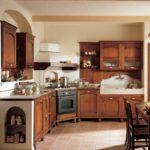 Угловая вытяжка в классической кухне