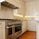 Деревянный пол на кухне в стиле классики