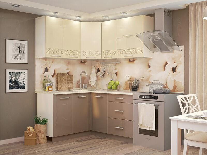 Светлые шкафчики кухонного гарнитура над акриловым фартуком