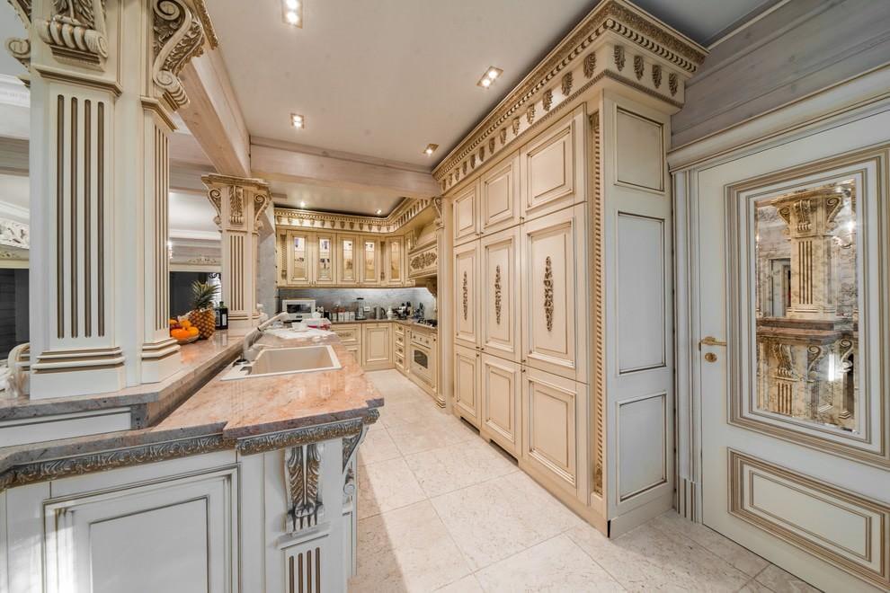 Бежевая кухня в классическом стиле из натурального дерева
