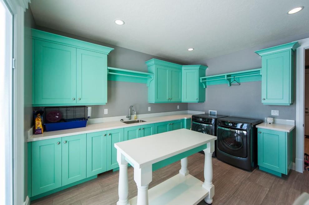Деревянная мебель мятного цвета в кухне частного дома