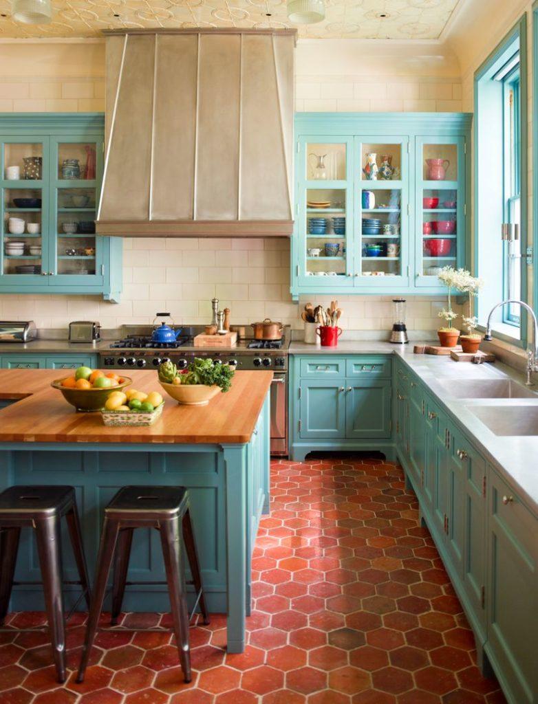 Интерьер кухни частного дома в стиле прованс