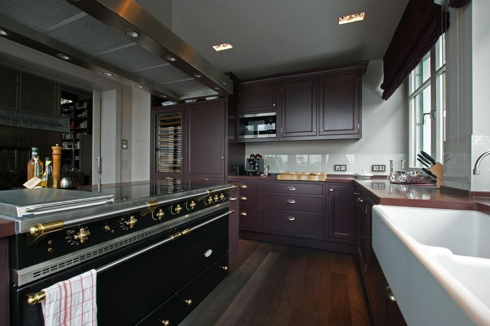 Интерьер фиолетовой кухни в стиле классика