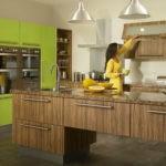 Классическая кухня с деревянной мебелью и стенкой со шкафчиками цвета лайм
