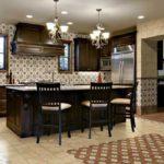 Классическая кухонная мебель цвета венге и необычная плитка с орнаментами для оформления кухни