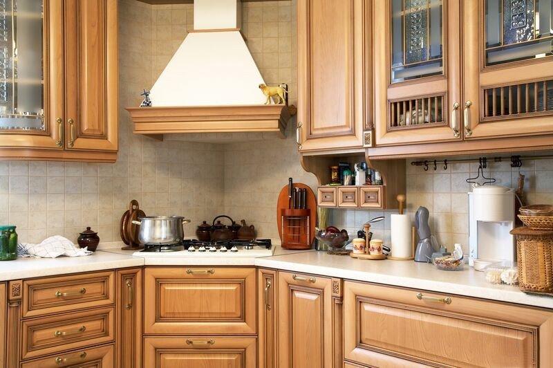 Вытяжка над варочной плитой в углу кухни