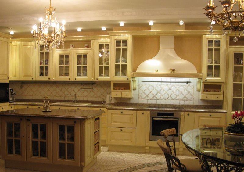 Просторная кухня в стиле классики с люстрами