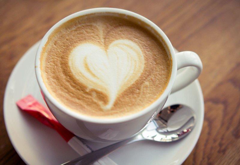Кофе с молоком в фарфоровой чашке