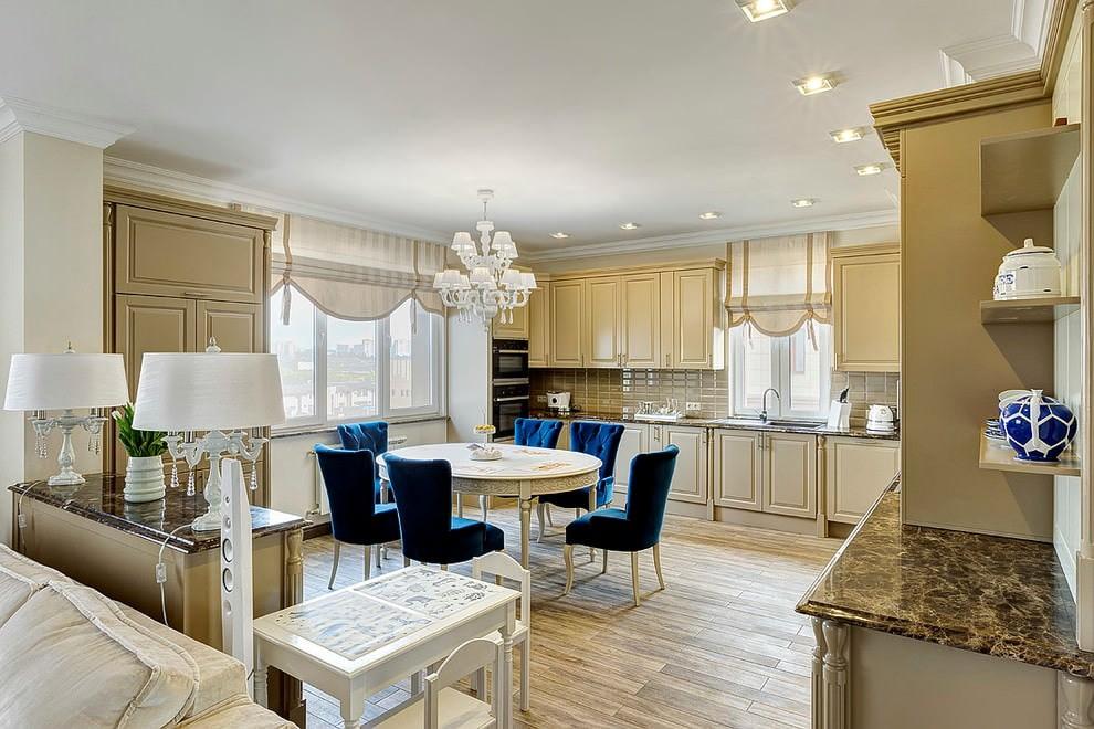 Гарнитур кофейного цвета в просторной кухне