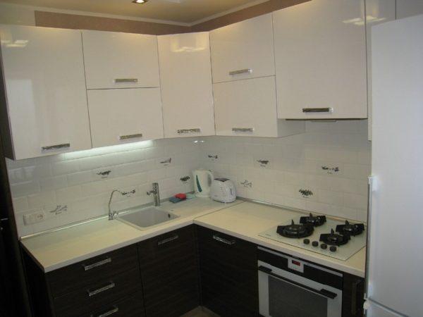 Бело-коричневый дизайн кухни
