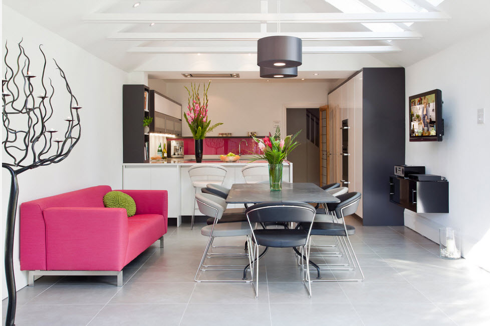 Малиновый диван в дизайне большой кухни
