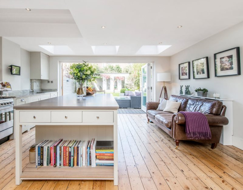 Коричневый диван с кожаной обивкой в кухне-гостиной