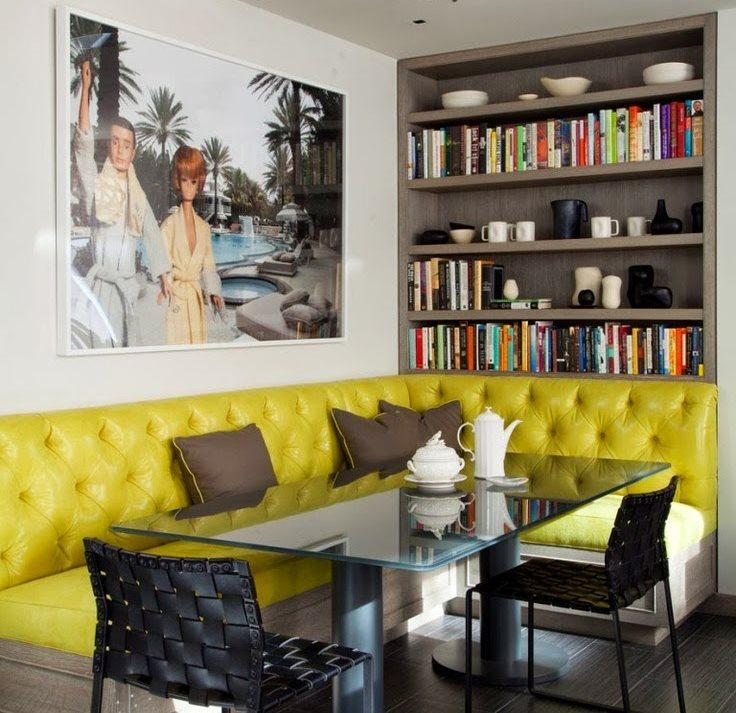 Желтая обивка мягкого дивана угловой формы