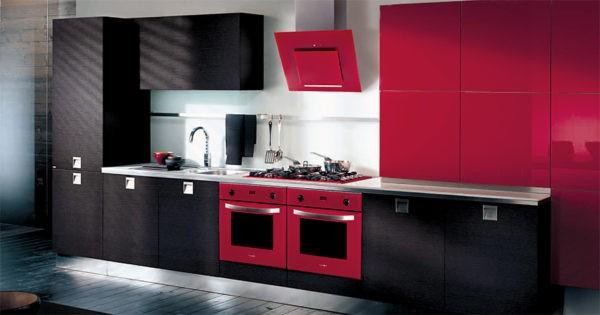 Красная вытяжка на черно-красной кухне