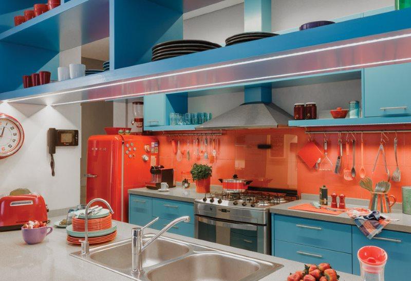 Красный холодильник в кухне с розовым фартуком