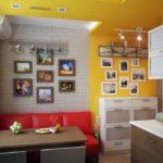 Красный яркий диванчик на светлой кухне