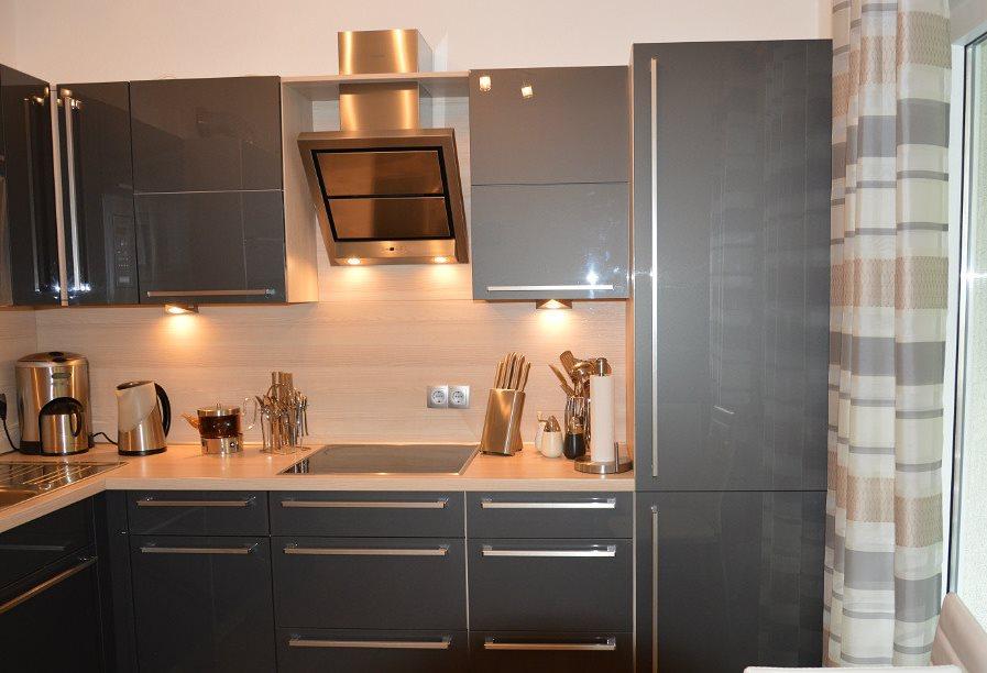 Серая кухня в стиле хай-тек в панельном доме