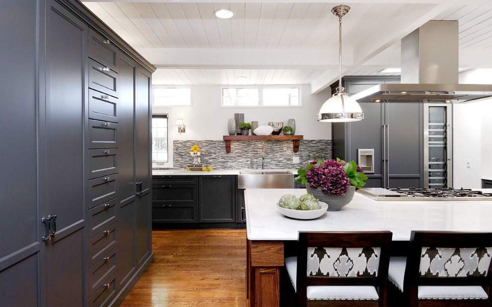 Высокий шкаф серого цвета в интерьере кухни