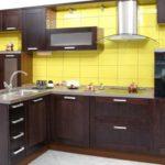 Кухня венге хорошо сочетается с плиткой теплого желтого цвета