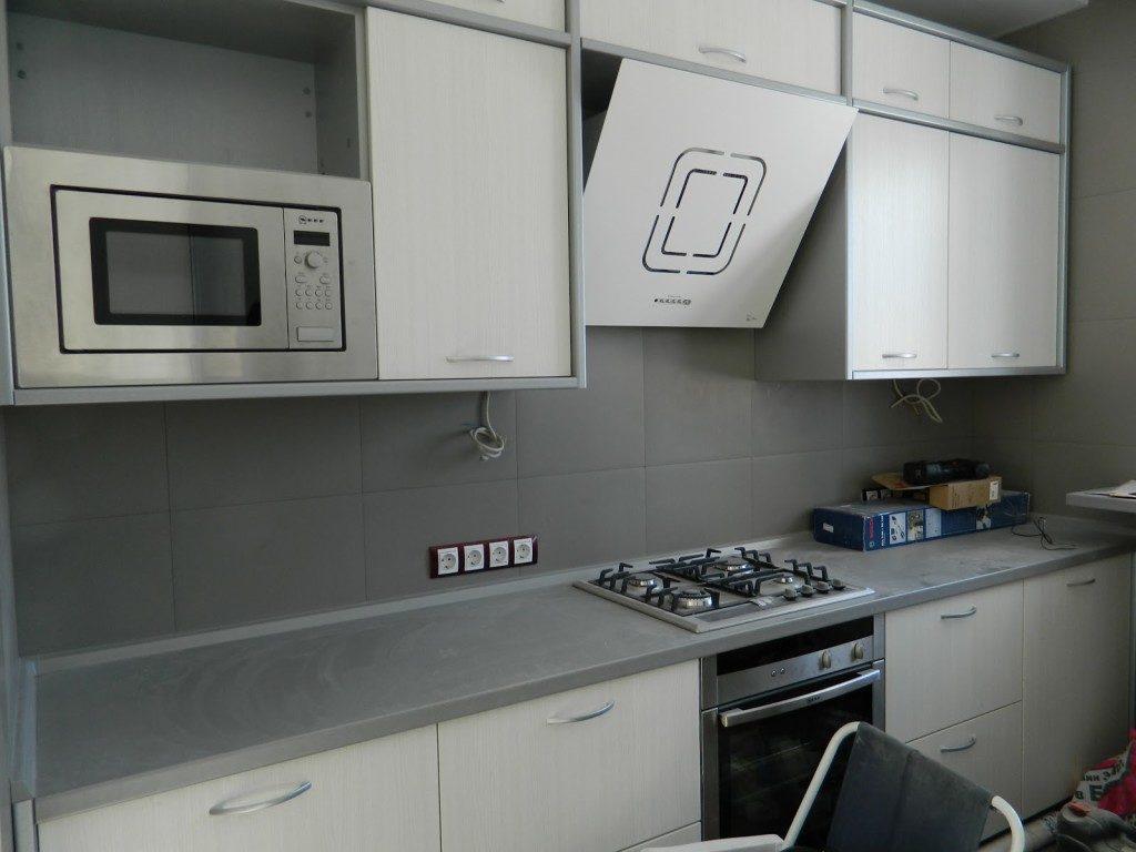 Стеклянная вытяжка над газовой плитой кухни