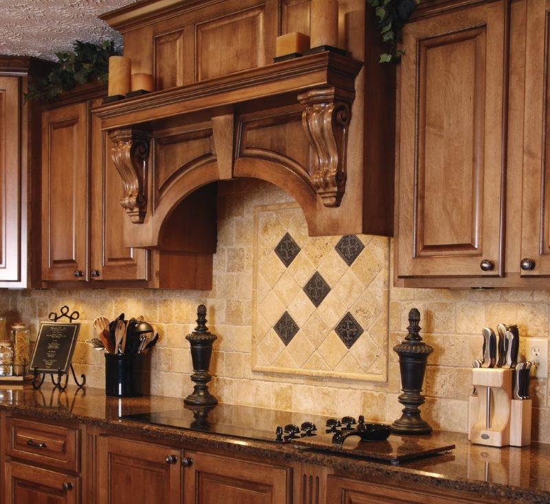 Деревянный короб на вытяжкой в классической кухне