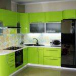 Лаймовая кухонная мебель хорошо сочетается с бежево-голубыми оттенками