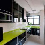 Лаймовая столешница для черно-серой кухни в стиле хай-тек