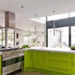 Лаймовые фасады для огромной кухни с островом