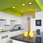 Лаймовый потолок в светлой кухне - неординарное решение
