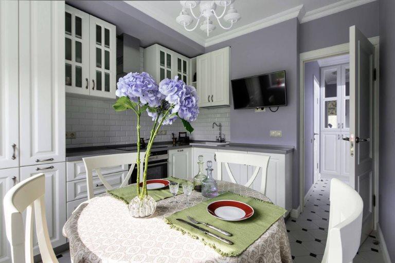Интерьер кухни в стиле прованс с лавандовыми стенами