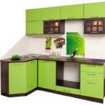 Маленькая угловая кухня в сочетании темно-коричневого и цвета лайма