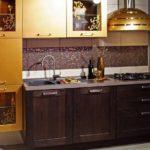 Милая кухня венге с золотом в стиле модерн