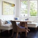 Мягкий диван с бафами белого цвета для обеденной зоны
