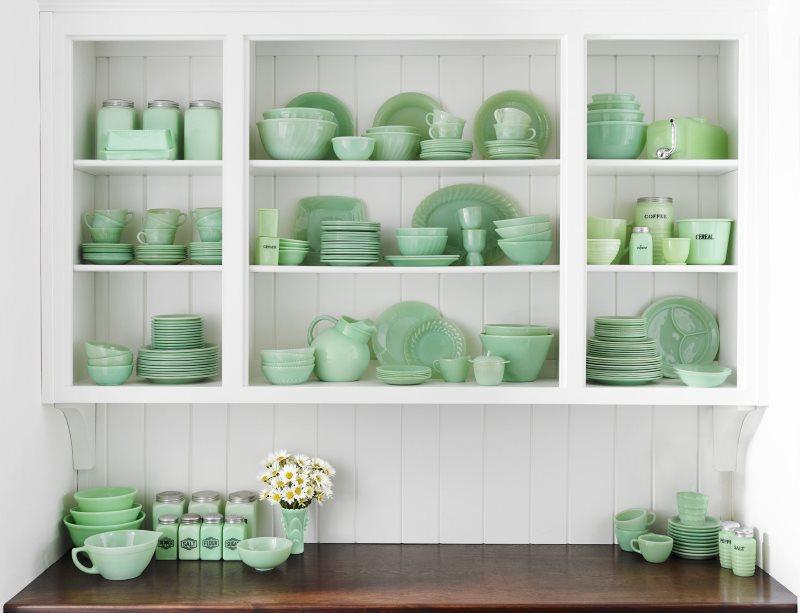 Мятная посуда на открытых полках кухни