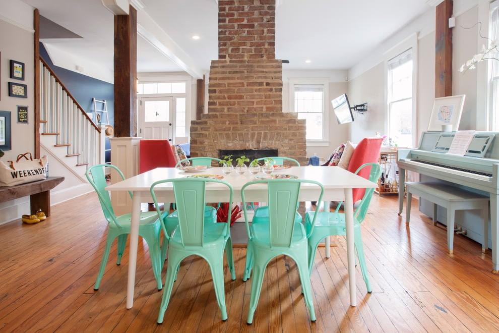 Пластиковые стулья мятного цвета в обеденной зоне кухни