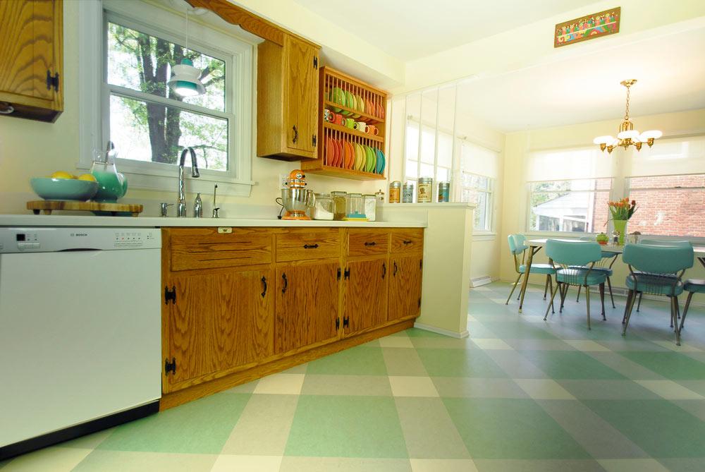 Дизайн кухни-столовой с напольным покрытием мятного цвета
