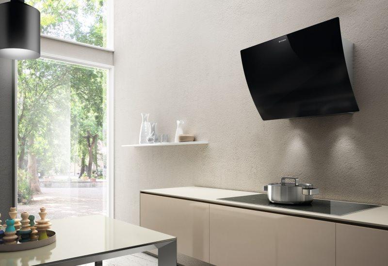 Черная вытяжка на стене кухни в современном стиле