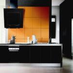 Наклонная вытяжка черного цвета для кухни в стиле хай тек