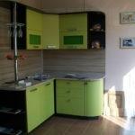 Небольшая уютная рабочая зона с кухней в цвете лайм