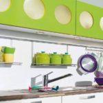 Необычные кухонные шкафчики цвета лайм с круглыми окошками