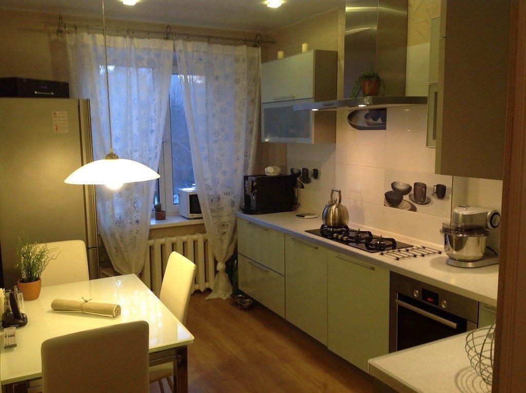 Угловая кухня с отдельной зоной для еды