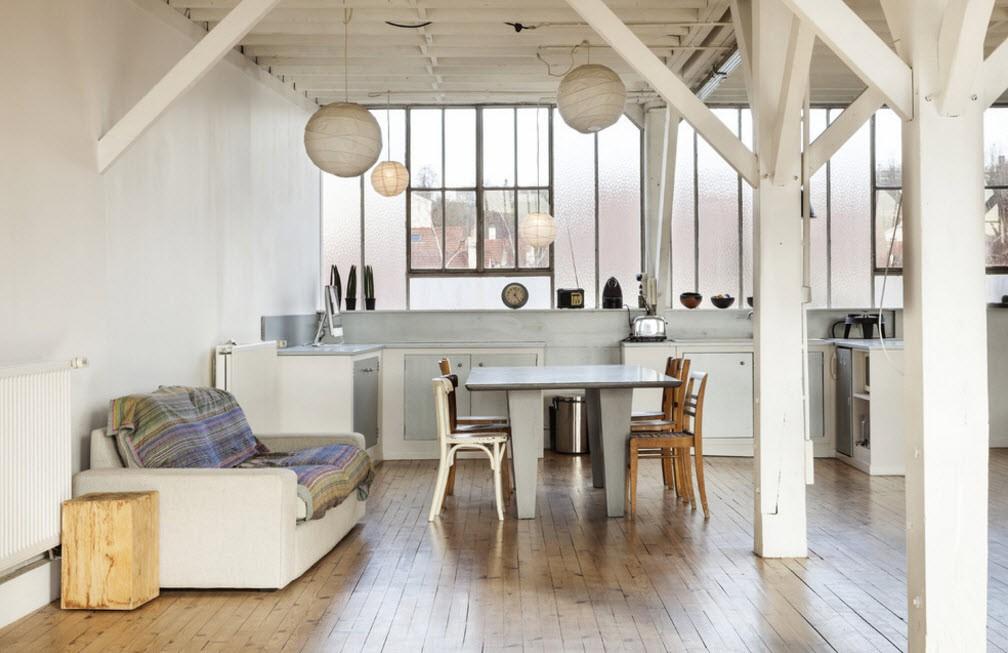 Кухонный диван на деревянном полу