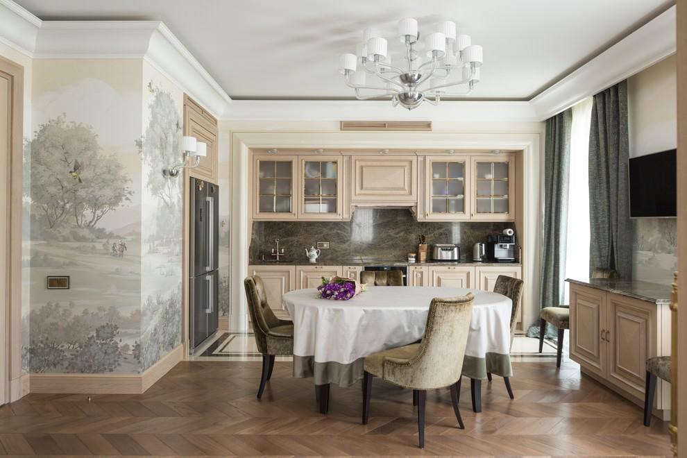 Виниловые обои на стене кухни с бежевой мебелью