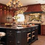 Очень красивая кухня с завитками, украшениями и резьбой в цвете венге