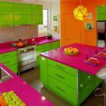 Очень яркая кухня с использованием розового, оранжевого и цвета лайм