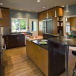 Огромная кухня в стиле модерн с использованием светлого и темного дерева